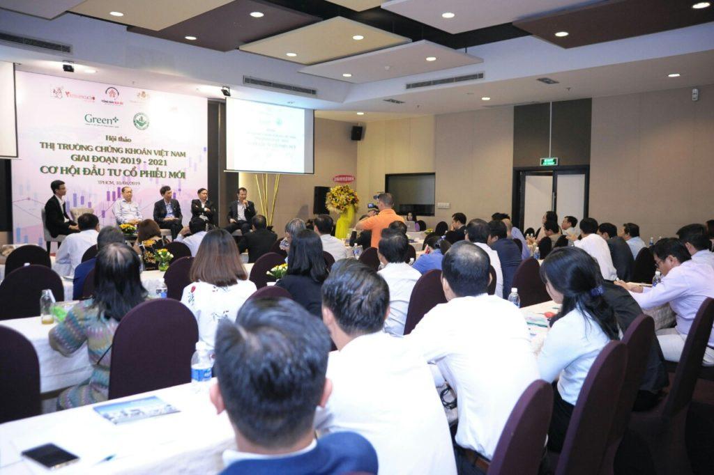 các khách mời và diễn giả tham gia thảo luận trong buổi hội thảo cơ hội đầu tư cổ phiếu mới